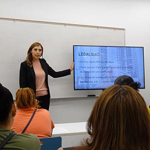 Reyna Mendez teaching a class