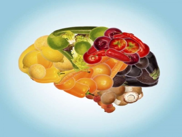Fruit and vegetables organized in the shape of a brain.